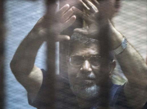 Egyptian court overturns the death sentence against the former President Morsi