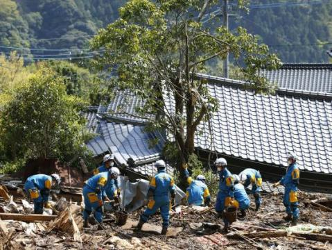 An earthquake of 7.4 magnitude causes a small tsunami in the coast of Japan