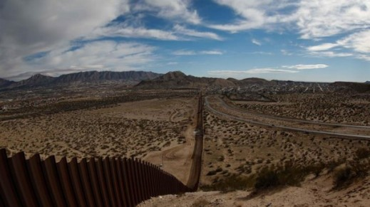 Trump signs the order to build the wall on the Mexican border